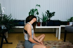 Ein Mädchen meditiert